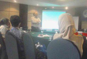 Atmakusumah saat berbicara di depan peserta workshop.