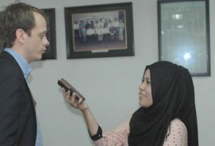 Radio reporter Marga Rahayu, RRI, Samarinda,interviews Kristian Jul Rosjo, first secretary political and trade affairs, Norwegia.