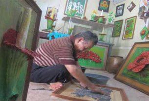 Amir Hendi pemilik usaha limbah kertas (Foto: Okezone)