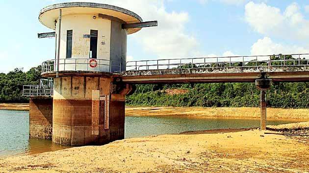 Kompas/Kris Razianto Mada Permukaan Waduk Nongsa di Batam, Kepulauan Riau, menyusut lebih dari 4 meter. El Nino membuat curah hujan berkurang dan waduk tadah hujan itu sulit memulihkan cadangannya. Waduk menjadi andalan tunggal Batam untuk memenuhi kebutuhan airnya. Penyusutan cadangan waduk membuat Batam tidak punya air.
